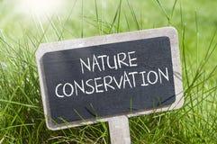Bord in het gras met natuurbescherming royalty-vrije illustratie
