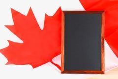 Bord met de nationale die vlag van Canada wordt getrokken op en een krijt stock foto's