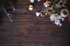 Bord met de takjes en de ballen van de Kerstmisboom Kerstmis en Gelukkige Nieuwjaarsamenstelling Vlak leg, hoogste mening Royalty-vrije Stock Afbeeldingen