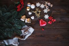 Bord met de takjes en de ballen van de Kerstmisboom Kerstmis en Gelukkige Nieuwjaarsamenstelling Vlak leg, hoogste mening Royalty-vrije Stock Fotografie
