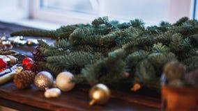 Bord met de takjes en de ballen van de Kerstmisboom Kerstmis en Gelukkige Nieuwjaarsamenstelling Vlak leg, hoogste mening Royalty-vrije Stock Foto's
