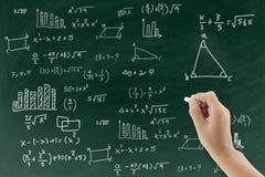Bord met hand het schrijven de achtergrond van de wiskundeformule Stock Afbeeldingen