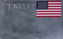 Bord met het schrijven van tarief en de vlag van Verenigde Staten stock fotografie