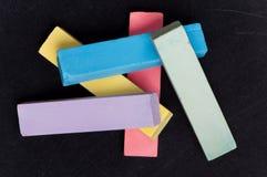 Bord met kleurrijk krijt Stock Afbeeldingen