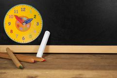Bord met krijt en potloden stock foto