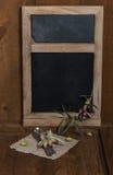 Bord met olijven en vaatwerk Stock Afbeeldingen