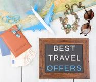 bord met tekst & x22; Beste reis offers& x22; , vliegtuig, kaart, paspoort, geld, zonnebril royalty-vrije stock afbeeldingen