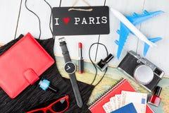 bord met tekst & x22; Ik houd van Paris& x22; , vliegtuig, kaart, paspoort, geld, horloge, camera, blocnote, zonnebril, portefeui stock afbeelding