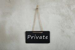 bord, bord met tekst Privé op grijze cementmuur royalty-vrije stock afbeelding