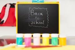 Bord met terug naar School het Schrijven Royalty-vrije Stock Afbeeldingen