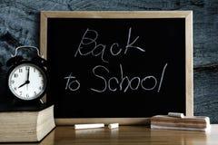 Bord met verwoording terug naar school en Zwarte Raad royalty-vrije stock foto's