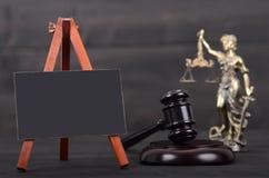 Bord, Rechter Gavel, Dame Justice op de houten achtergrond stock foto's