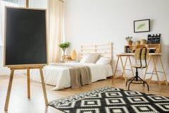 Bord in slaapkamer royalty-vrije stock afbeeldingen