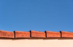 Bord supérieur de Red Roof et ciel bleu Photo libre de droits