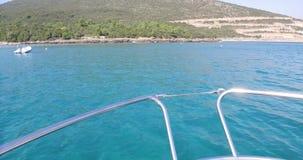 An Bord von einer Yacht, die auf Meer-vawes steuert stock footage
