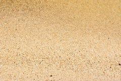 A borda da ressaca do mar e da areia amarela no tempo ensolarado calmo Bom fundo para papéis de parede da foto fotografia de stock royalty free