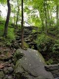 Borda da rocha perto da caverna gigantesca imagens de stock