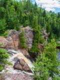Borda das quedas altas do rio do batismo na paridade do estado de Tettegouche Foto de Stock