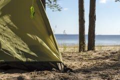 Borda de barracas do turista, que está em um Sandy Beach perto da água Imagens de Stock