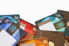 Borda de uma pilha do close-up audio colorido vazio das minidisquete imagem de stock
