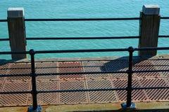 Borda do cais com mar worthing inglaterra Fotografia de Stock