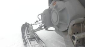 Borda do esqui do carro de neve conectada ? opini?o pr?xima de corpo principal filme