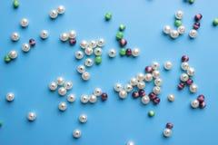 Borda il fondo Retro mucchio variopinto della perla di vista superiore Fotografie Stock Libere da Diritti