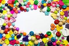 Borda il fondo Retro mucchio variopinto della perla di vista superiore Fondo del bambino Fotografia Stock Libera da Diritti