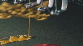 Bordado automático de un galón en una empresa de la materia textil almacen de metraje de vídeo