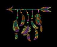 Bordado colorido de la flecha de las plumas Fondo bordado étnico de la ropa de Boho del adorno indio americano tribal del pájaro ilustración del vector