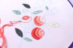 Bordado con adorno floral enmarcado en un aro Trabajo en proceso Foto de archivo libre de regalías