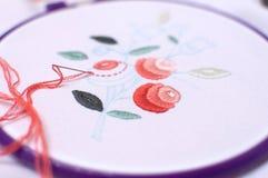 Bordado con adorno floral enmarcado en un aro Trabajo en proceso Imagen de archivo