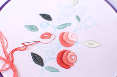 Bordado con adorno floral enmarcado en un aro Trabajo en proceso Fotografía de archivo libre de regalías