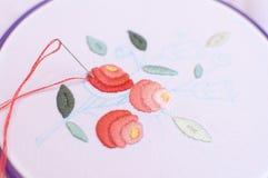 Bordado con adorno floral enmarcado en un aro Trabajo en proceso Imágenes de archivo libres de regalías
