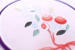 Bordado con adorno floral enmarcado en un aro Trabajo en proceso Fotografía de archivo
