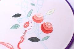 Bordado con adorno floral enmarcado en un aro Trabajo en proceso Foto de archivo