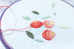 Bordado con adorno floral enmarcado en un aro Trabajo en proceso Fotos de archivo