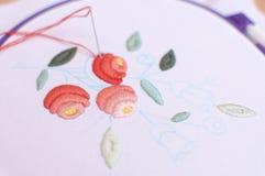 Bordado con adorno floral enmarcado en un aro Trabajo en proceso Imagenes de archivo