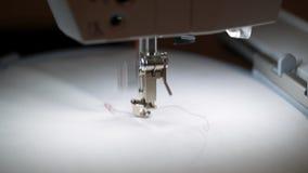 Bordado de la máquina de coser almacen de metraje de vídeo