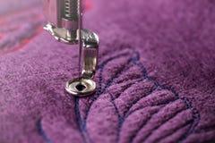 bordado de la mariposa azul en las lanas hervidas púrpuras en primer detallado foto de archivo libre de regalías