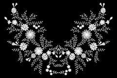 Bordado monocromático blanco y negro de la flor del campo Decoración tradicional del vintage Illu rústico de la mariposa de las h Foto de archivo