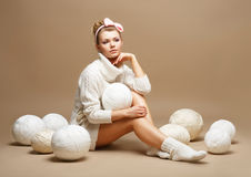 Bordado. Mulher que senta-se na malhas branca do algodão com as bolas do montão do fio Foto de Stock Royalty Free