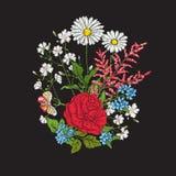 bordado Ramo con las rosas y las margaritas Fotografía de archivo