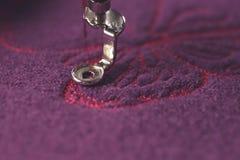 bordado rosado de la mariposa en las lanas hervidas púrpuras - cierre detallado para arriba en área de costura fotos de archivo libres de regalías