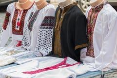 Bordado ucraniano en el contador Fotografía de archivo