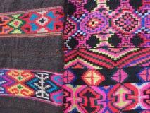 Bordado vermelho, cor-de-rosa brilhante, testes padrões budistas tradicionais nos scarves das mulheres tibetanas cinzentos e pret Fotografia de Stock Royalty Free