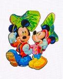 Bordado y punto de cruz hechos a mano Mickey Mouse y Minnie Mouse Imágenes de archivo libres de regalías