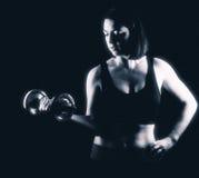 Bordage fort de biceps de femme d'ajustement photo stock