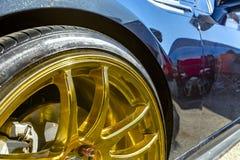 Bordas douradas do carro em um carro preto em um evento na vitela do Condado de Orange Fotografia de Stock