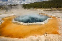 Borde anaranjado alrededor de la mañana Glory Pool en el parque de Yellowstone, Wyoming Fotos de archivo